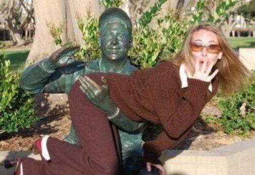 забавный прикол со статуей на улице