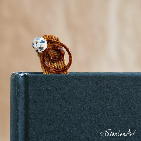 Segnalibro in corda, gommalacca e frammenti di conchiglie
