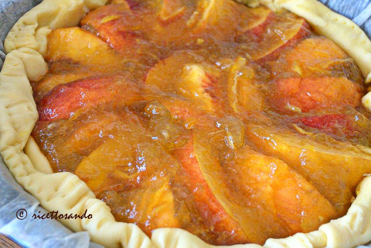 Crostata di pesche ricetta dolce a base di pasta brisè e frutta fresca