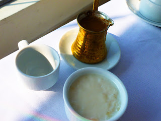 Rizogalo w zestawie z kawą po grecku