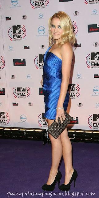 Vestido azul noche con zapatos