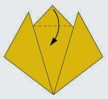 Bước 4: Gấp góc trên cùng tờ giấy xuống phía dưới