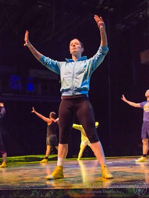 Цирк дю Солей, артисты репетируют на сцене