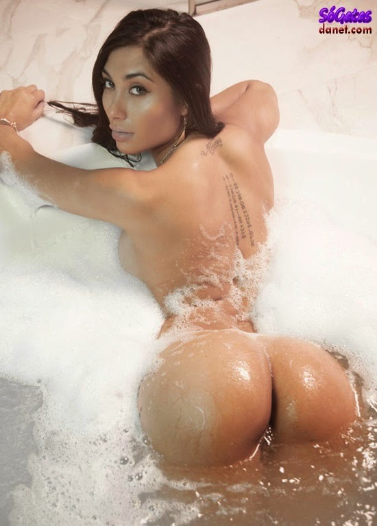 Belen Lavallen empina bundão na banheira