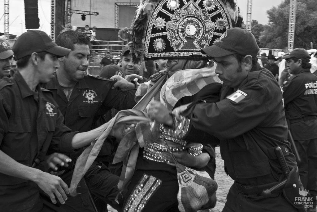 Policias en fiesta tradicional de San Pedro Ixtlahuaca Oaxaca