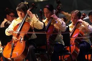 Niñas y niños tocando en concierto en la Orquesta Esperanza Azteca, un negocio redondo | Ximinia