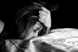 Dívka s hlavou v polštářích