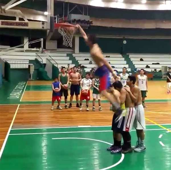 Kobe Paras dunks over 3 players