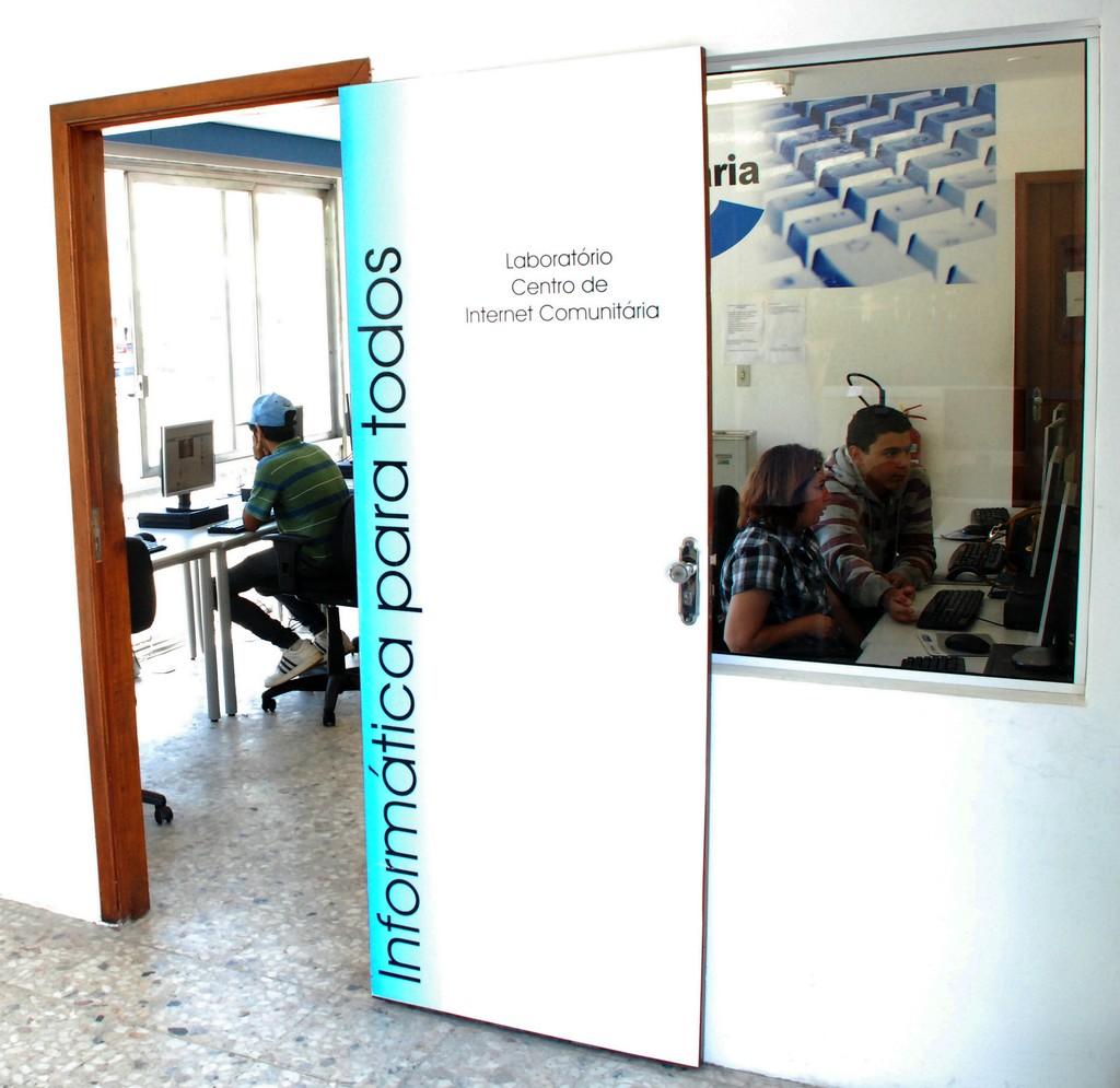 Sala do CIC conta com 11 computadores para acesso à internet