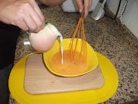 Batiendo la leche con el huevo