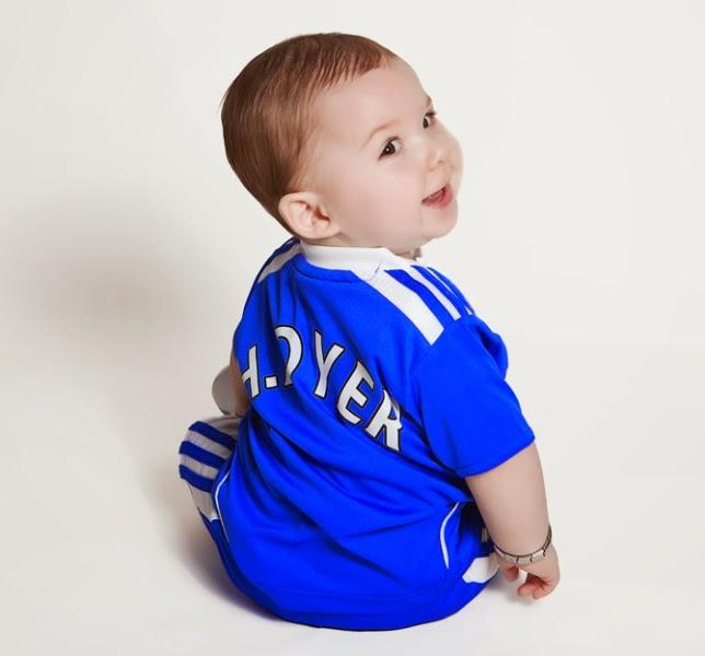 Gambar bayi lucu ganteng pakai baju seragam sepak bola chelsea