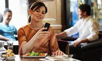 Un restaurante en Los Ángeles ofrece un descuento del 5% por dejar tu teléfono en la recepción; varios establecimientos en EU han impuesto políticas para desalentar su uso durante las comidas. Los teléfonos móviles a menudo ocupan un lugar en la mesa en los restaurantes, colocados junto a los cubiertos, platos y vasos. Un restaurante está tratando de cambiar eso. El Eva Restaurant en Los Ángeles, California, ofrece a los comensales un descuento del 5% por dejar sus teléfonos con la recepcionista durante toda la comida. La nueva política entró en efecto hace poco más de un mes, de acuerdo