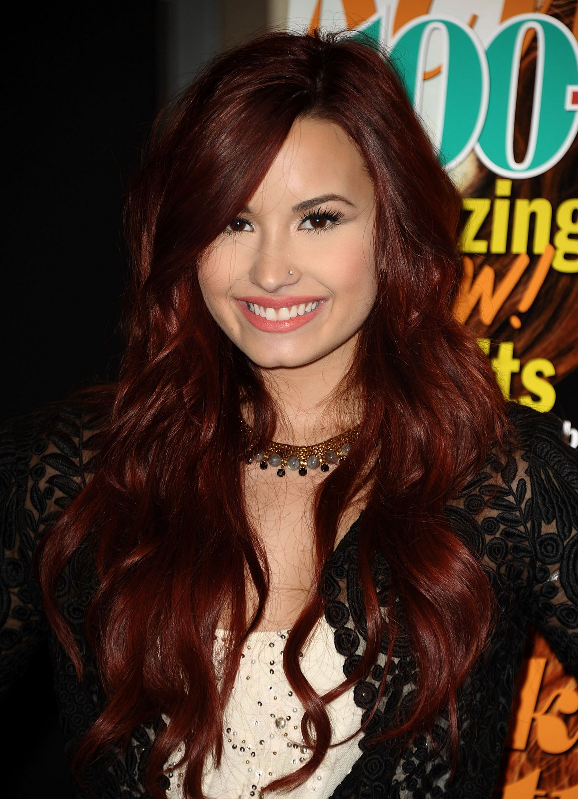 Baño De Color Rojo En Pelo Oscuro:Demi Lovato