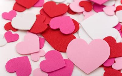 أفكار ومعتقدات خاطئة عن الحب - قلوب حمراء بلاستيكية ملونة - heart-love-wallpapers