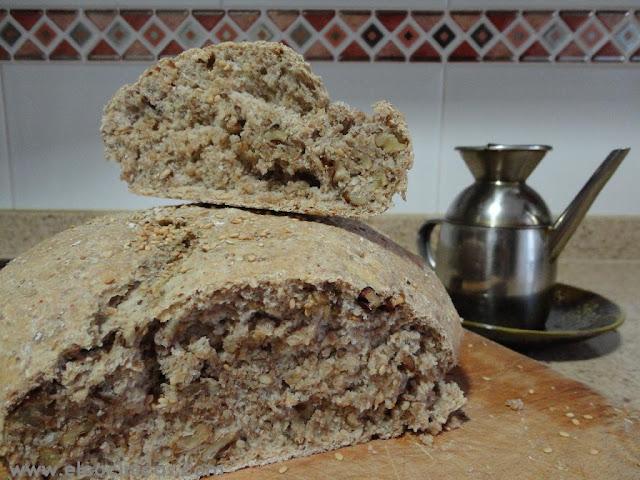 Pan de centeno, nueces y sésamo