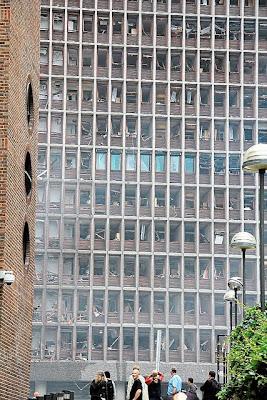 edificio con lunas y ventanas rotas por explosión atentado terrorista en oslo noruega