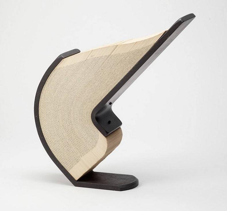 Libros doblados dentro de esculturas de acero