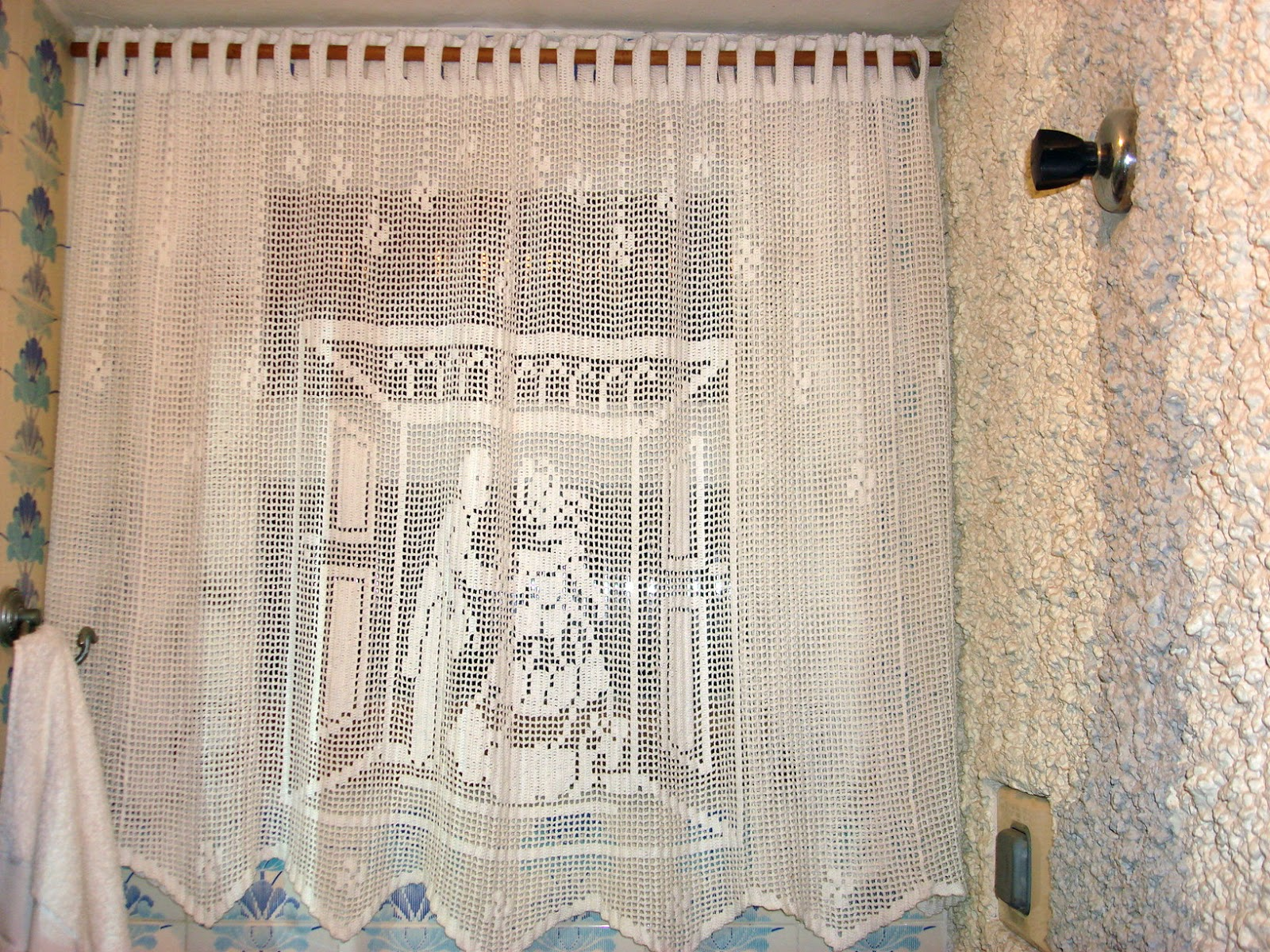 Made by Vó: CORTINA DE BANHEIRO EM CROCHÊ #673E26 1600x1200 Banheiro Com Box De Cortina
