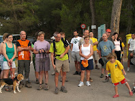 El grup de marxaires escoltant les explicacions del guia, davant les antigues Escoles de Miralles