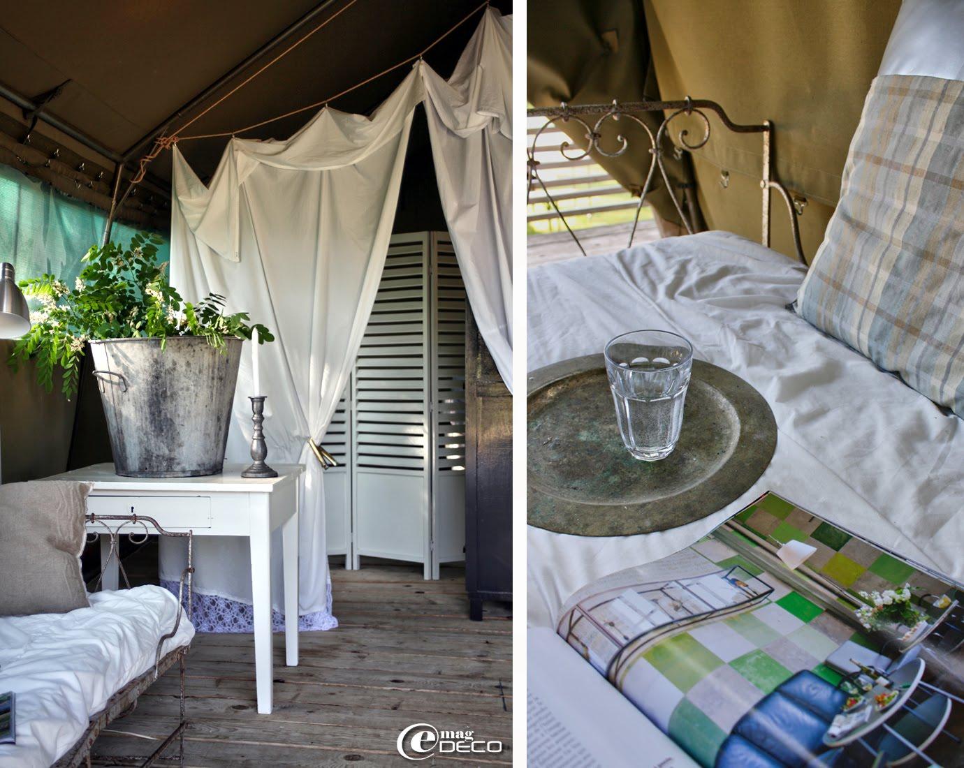 Draps anciens transformés en rideaux, lit en fer forgé détourné en banquette, dans la grande tente 'Mojave'
