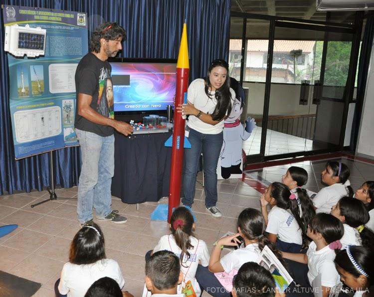Investigadores de la ULA explicaron a visitantes a la Filu, los alcances del Cohete Sonda ULA. (Foto: Lánder Altuve)