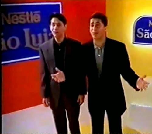 """A dupla Leandro & Leonardo apresentando a promoção """"Amigos"""" da São Luiz / Nestlé em 1997."""