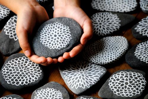 Giocabosco creare con gnomi e fate lavoretti con i sassi for Piedras pintadas a mano paso a paso