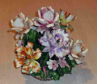 Excepcional pieza cerámica con delicadas flores. Porcelana Real Fabbrica di Capodimonte, Palermo (Nápoles).