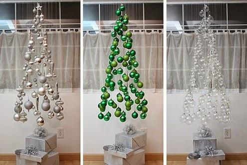 árbol de navidad suspendido en el aire