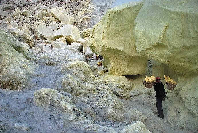 Minero cargando azufre