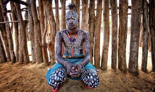 Tribu en Etiopía - guerrero de la etnia Karo