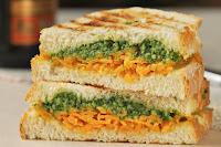 Sandwich caliente de cheddar y rucula
