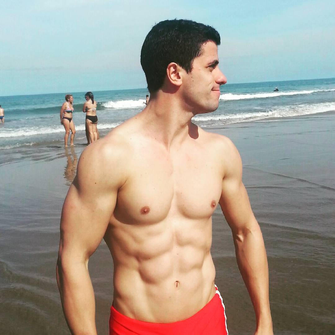 Personal trainer Daniel Ribeiro mostra barriga tanquinho em praia. Foto: Arquivo pessoal
