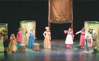 La imagen ofrece una representación de una obra de teatro de este grupo almeriense