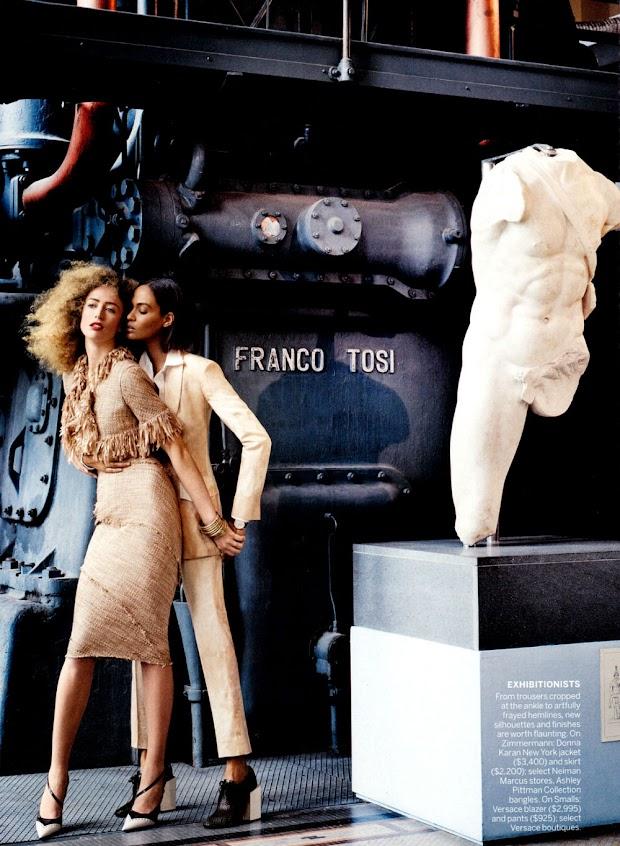 """A julgar pelas fotos, a ideia é mostrar um casal de lésbicas. Aliás, o assunto nunca esteve tão em alta no mundo da moda. Antes da """"Vogue"""", a """"Elle"""" francesa levantou a bandeira do casamento entre pessoas do mesmo sexo. Em seguida, a Chanel encerrou seu desfile de verão 2013 de alta-costura com duas noivas na passarela (Foto: Divulgação)"""