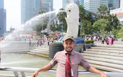 di depan patung Singa Laut Singapura