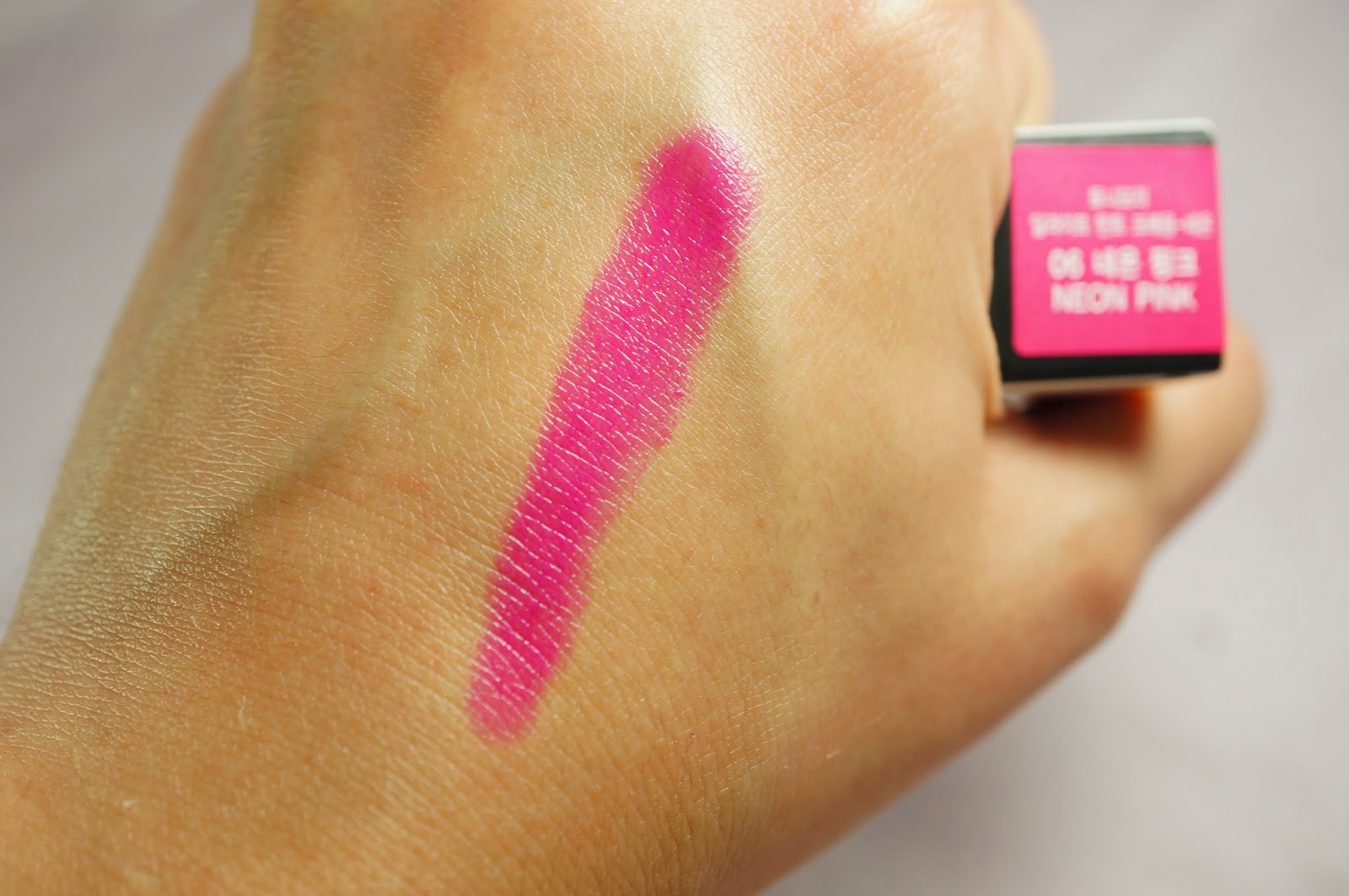 Memebox Special #42 OMG Unboxing Review Tonymoly Delight Tint Crayon 06 Neon Pink Blacklight Glow in the Dark