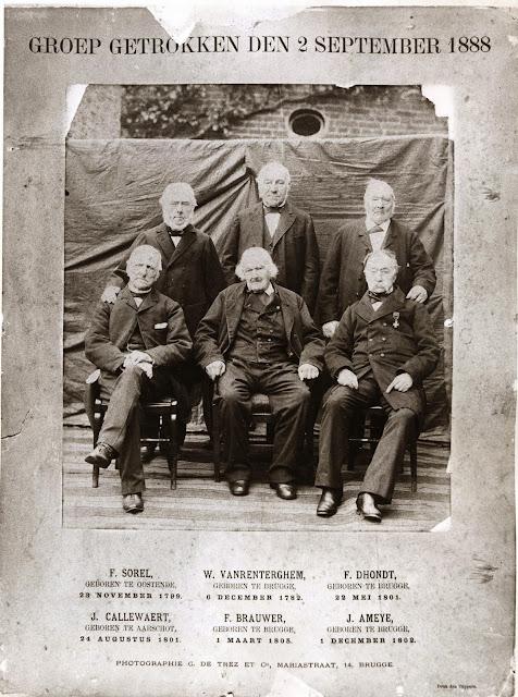 Willem Van Renterghem in het bijzijn van vijf hoogbejaarde Bruggelingen in 1888: Foto: Photografie C. De Trez en Cie, Mariatraat, 14 Brugge.