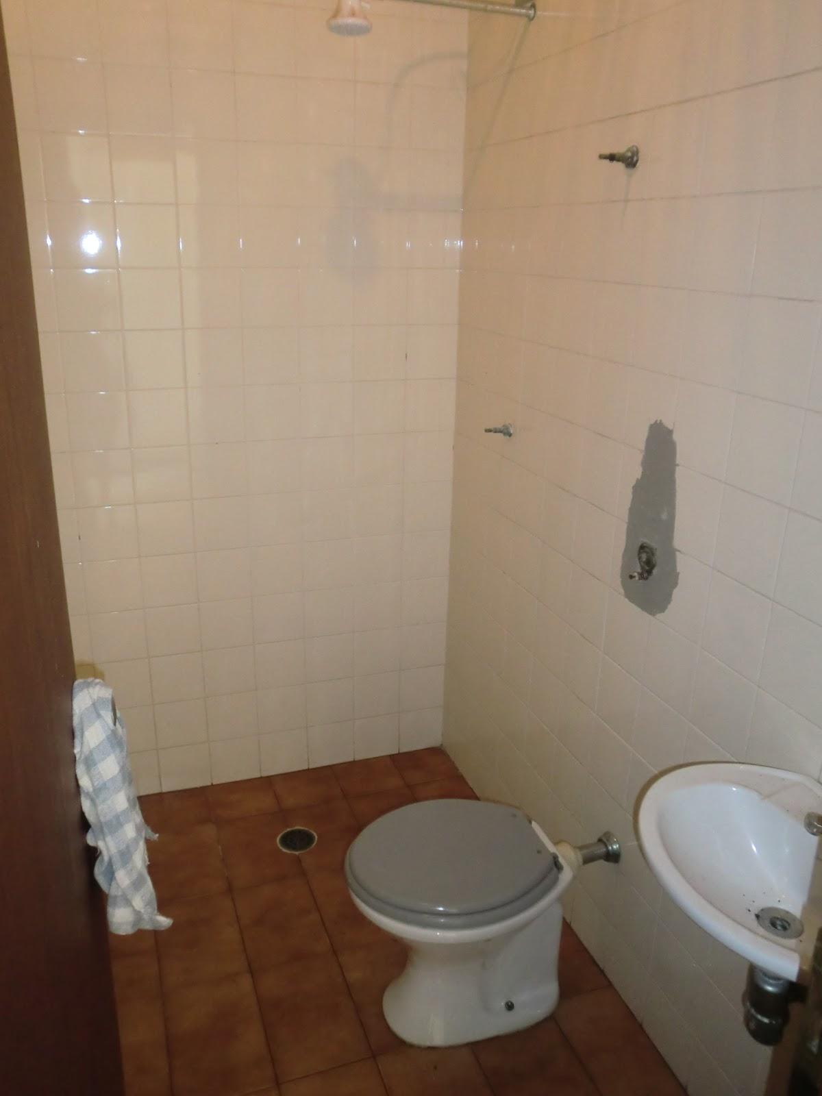 Antes: Azulejo bege de florzinhas miudas e relevo piso marrom de  #42281A 1200 1600