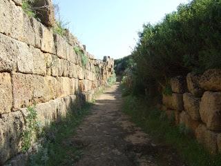 Weg an der Ostmauer der Akropolis