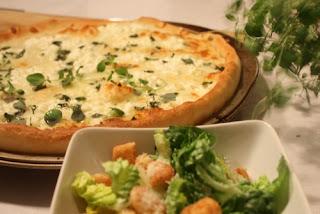 http://lizasmatverden.blogspot.no/2013/02/en-deig-3-retter-hvit-pizza-salat-med.html