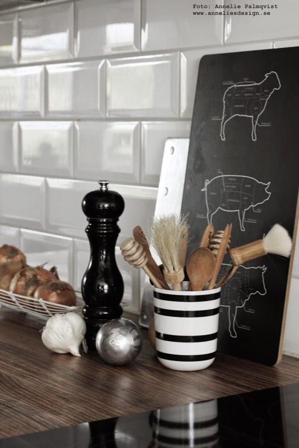 köksdetaljer, detaljer i köket, kök, svart och vitt, svartvit, svartvita, svarta, vita, vitt, vit, vita, randigt, randig, styckdetaljer, skärbräda, styckningsschema nöt, ko, lamm, gris, pepparkvarn,