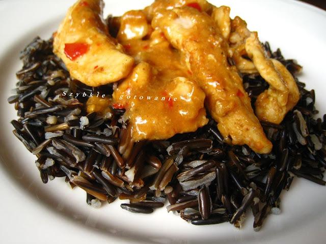 Pikantna pierś kurczaka z curry i dzikim ryżem