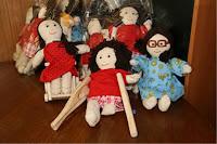 Imagen de muchas muñecas de trapo y una de ellas lleva muletas