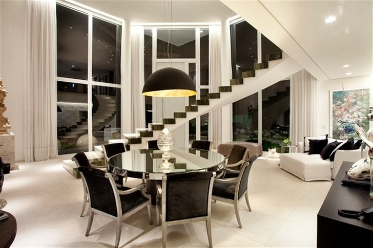 Dining room in Dream home by Pupo Gaspar Arquitetura at night