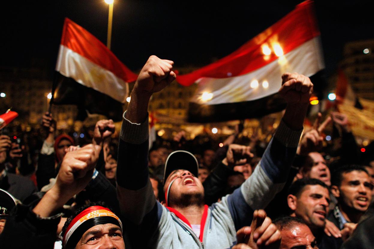 صور أرشفية من قلب أحداث الثورة - صفحة 2 E22_10026883