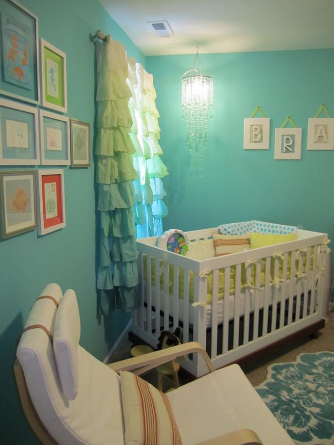Dormitorio para beb en turquesa y blanco dormitorios for Habitacion blanca y turquesa