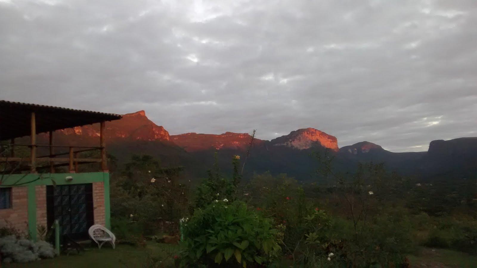O sol é quem pinta as bordas das montanhas..