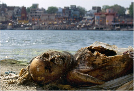 Unwholesome India: Indians Dump Dead Body In The River