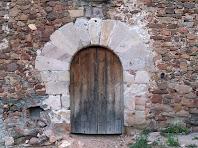 Detall de la porta adovellada d'arc de mig punt de La Bufia